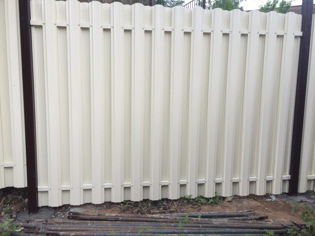 Забор из металлического штакетника в Казани