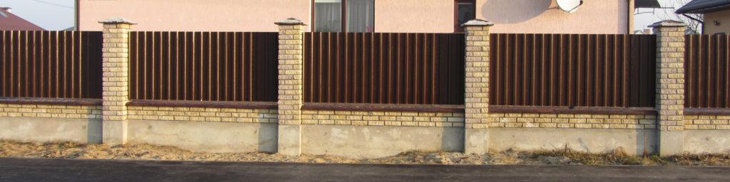 Забор из кирпича с профнастилом под ключ