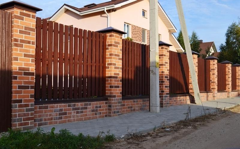 Забор из кирпича и дерева в Казани