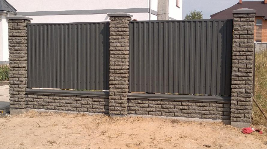 Забор из кирпича с профнастилом в Казани