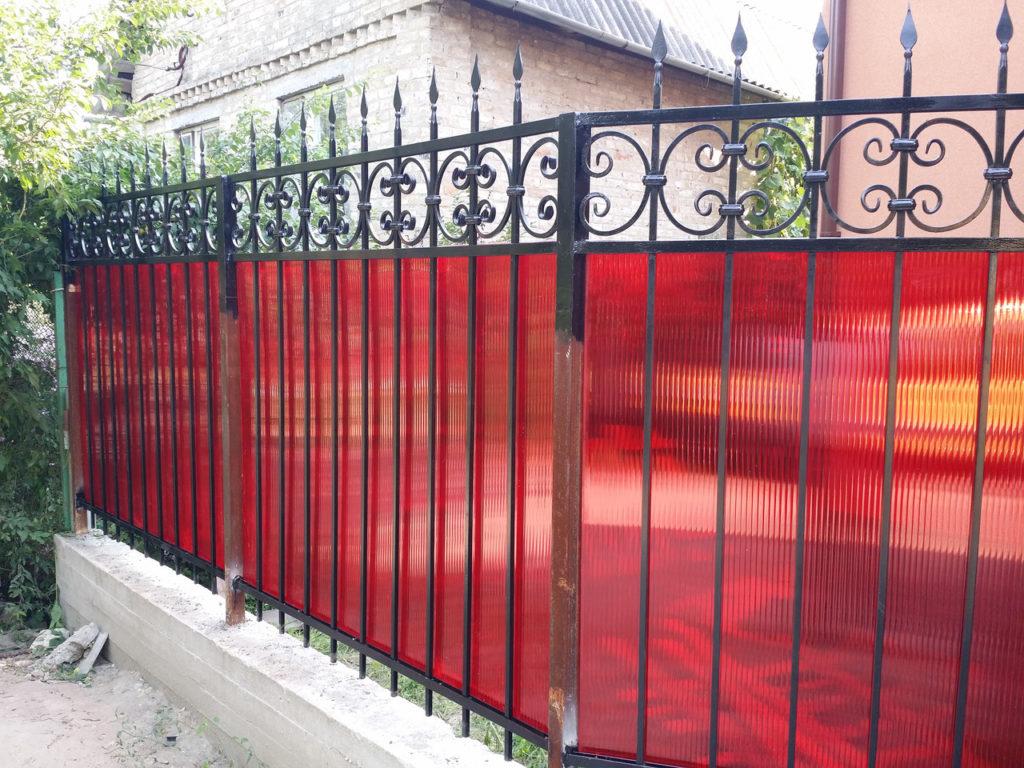 Комбинированный кованый забор