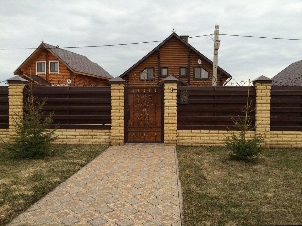 Комбинированный забор из кирпича и дерева