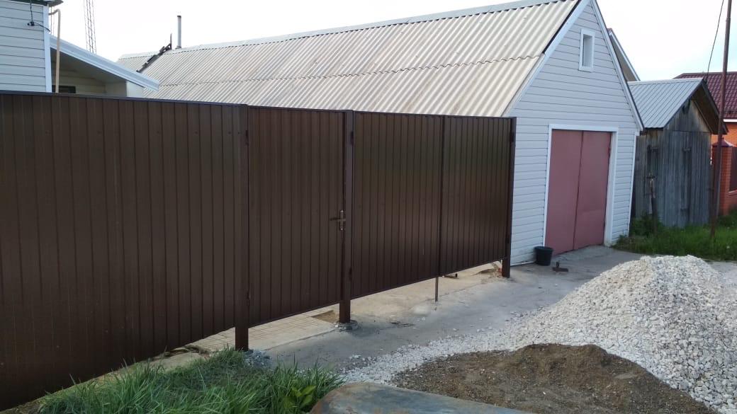 Забор из профнастила – практично и красиво